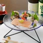 刺身へと移る優しい塩味でいただく斬新な刺身『岩塩板で食べるお刺身』