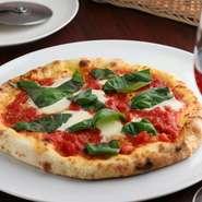 店内にあるピザ釜で、注文を受けてから丁寧に焼き上げるピザは絶品です。イタリアから厳選輸入したモッツァレラチーズが生地の美味しさを引き立てます。