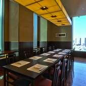 最大20名まで入れる個室や寿司カウンターなど、さまざまなタイプ