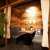 適度なプライベート感がたまらない、カーテンで仕切れる半個室