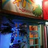 夜は店頭にブルーのライトがきらめき、涼し気な雰囲気