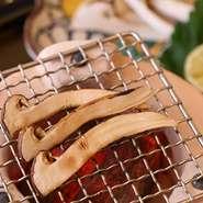 春には「筍」夏には「天然の鰻」秋には「松茸」冬には「蟹」など、その時に最も旬を迎える食材を仕入れています。食材の状態に合わせて料理も異なり、何が食べられるかわからないドキドキ感も愉しめます。