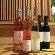 ソムリエの資格をもつ宮上氏が吟味した美酒がズラリ。料理との相性を考えて選ばれており、ペアリングも提案してくれるのだとか。ワインのほか、日本酒や焼酎など、各種取り揃えられています。