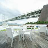 目の前に迫る明石海峡大橋が、昼も夜も楽しませてくれる