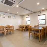テーブルとテーブルの間は広く、ゆったりとしたスペース