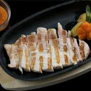 沖縄県産アグーはとてもジューシーです。専用ダレをお好みでつけてお召し上がりください。