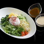 沖縄県産ベビーリーフ 使用。温泉卵やナムルがなど、具だくさんなサラダです。