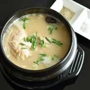代表的な韓国料理の一つで、鶏肉や高麗人参、ファンギなどの漢方ともち米を入れてじっくりと煮込んだ料理。薬膳料理としても知られ、コラーゲンたっぷりで美容効果にも期待。身体の芯から温まる当店自慢の逸品!