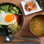 沖縄県産ベビーリーフ をたっぷり使用!ヘルシーで料理長特製ヤムニョンダレはスタッフからも大人気です。新鮮な県産野菜をふんだんに使用した当店おすすめのビビンバをお楽しみ下さい!
