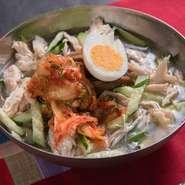 麺の硬さや茹で加減、スープの味付けにもこだわった、料理長の一押し『江南特製冷麺』。本場韓国の料理人が監修を行い、開発された逸品は「韓国の方にも自信をもってオススメできる味わい」。その味をお店でぜひ。