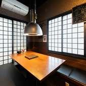 ウッディなテーブルに黒のボックスソファの個室