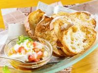不動の人気を誇る逸品! 豆腐のようにふわふわなチーズをバゲットと共に『チーズ豆腐』