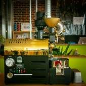 運が良ければ焙煎作業が見られるかも。店内に設置された焙煎機