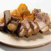バスク豚の香り高い脂の旨みに感動。炭焼きの定番メニューでもある『バスク豚キントアの骨付きリブロース』