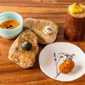 バリエーション豊かなカタルーニャ料理を一皿で。夜のコースのトップバッター『おつきだしのタパス5種』