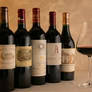 ボルドーワインの最高峰といわれる5大シャトー格付け第1級のワインが全て揃った充実のワインリスト。3000円でスパークリング、赤、白、どれでもグラスワインが飲み放題というお得なメニューもあります。