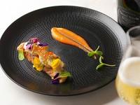 アワビと帆立貝を乗せた自家製サーモンマリネ炙り人参ソース