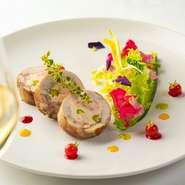 オマール海老とピスタチオの入ったホタテ貝のムースを柔らかな食感のフランス産ウズラで巻いた冷製オードブル。パリの花売り娘のような彩りのサラダは、マンゴー、キウイ、ラズベリーの3種類のフルーツソースで。