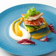 オリーブオイルで焼き色を付けた金目鯛とオマール海老を低温調理し、旨みを封じ込めました。ソースには広島県産温州みかんを使用。