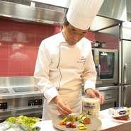 2000年、2008年と世界料理オリンピックで金メダルを受賞している中原シェフ。クラシックフレンチをベースに、世界各地の伝統料理のエッセンスを加えた革新的なフレンチを創作し続け、ファンをうならせています。