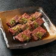 【炭火焼肉 萩屋】では、オリジナルのたれを使用しているのが自慢。醤油ベースで甘めの生だれに、牛ハラミをしっかりと漬け込んでいます。好みの加減で焼いて、そのままいただけるのが魅力です。