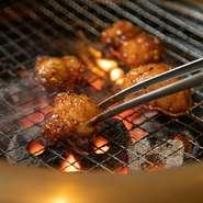新鮮でプリプリとした食感の「牛ホルモン」は【炭火焼肉 萩屋】を訪れたら、まず注文したい逸品。八丁味噌を使った独自の味噌だれが、ホルモンの脂の甘みとマッチしてお酒が進む味わいです。