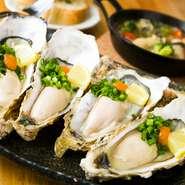 生食可能な鮮度抜群の三陸産の牡蠣を厳選。しかも、大ぶりでかつ一口で食べられるサイズに限定しているので、口の中でおいしさが弾けます。レモンやお好みでポン酢をかけて、さっぱりといただくのがオススメです。
