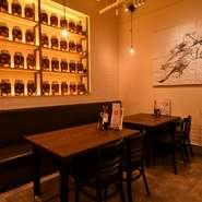 シックで落ち着いた雰囲気の内装は、店の専属デザイナーによるもの。食器は料理が映えるようにとオーナーが厳選したシンプルかつ上質なものが使われています。間接照明の光が柔らかく、温かみのある空間を演出。