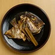 目利きをして毎朝仕入れた鯛を、独自に調合した秘伝のタレで甘辛く炊いています。鯛の旨みと甘辛い味でお酒に合うと評判のメニューです。