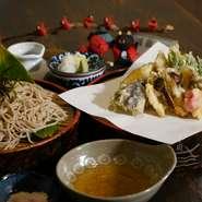 松茸の天ぷらに季節の野菜天ぷら お塩と天つゆで、お楽しみにください。 ざるそばとの相性も抜群です。