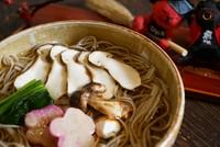松茸を小舟の汁で注文頂いてから、サッとたきます。 丼いっぱいに 松茸の香りがただよいます。
