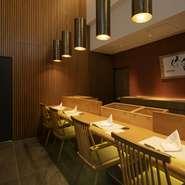 店内は木を基調とし、温もりのある灯りを使用しており、 落ち着いてお食事が楽しめます。