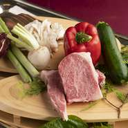 本日の前菜やサラダに使われるレタスなどの野菜は、糸島産のものがメイン。肉は博多黒毛和牛のロースが使われています。サシが適度に入っており脂身は甘く、肉の旨みも堪能できる逸品です。