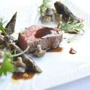 メインの肉は、糸島牛のフィレ肉と博多黒毛和牛のロースの2種類を食べ比べることができます。糸島牛のフィレ肉はジューシーでとてもやわらか。またいちの塩、生胡椒の塩漬け、ポン酢、生山葵でいただきます。
