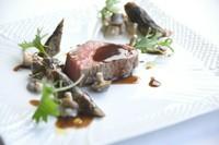 2種類の肉を食べ比べできる『創作鉄板コース 伊都-ito-』
