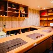 こじんまりとしたカウンター席でしっぽりと料理と日本酒を味わう