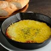外はカリカリ、中はトロトロのチーズを召し上がれ『トロトロチーズのアヒージョ』