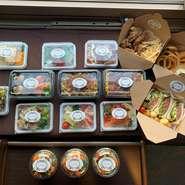 アラカルト6種、サラダポット3種、人気フード4種、他にもチーズや生ハムなどのおつまみまで全16種のテイクアウトが可能です。おうちでは味わえない外食グルメを是非おうちでお楽しみ下さい。