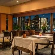 テーブルランプ灯るテーブルで夜景を見ながら美味しい食事と美味しいお酒。ゆっくりとした語らいのひと時をお過ごしください。