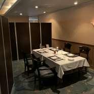 フロア席の一角をパーテーションで区切った座席では、他テーブルのお客様と顔を合わすことなくお食事頂け、接待などにとても最適な座席です。
