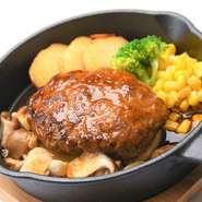 黒毛和牛100%のハンバーグは 肉本来の美味しさを味わっていただくため、厳選した素材を贅沢に使用し、独自の配合で混ぜ合わせた、こだわりの一品。芳しい香りが口いっぱいに広がります。