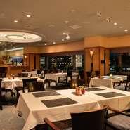 木目調の落ち着く雰囲気の店内でゆったりとしたお食事、時間をお過ごしください。