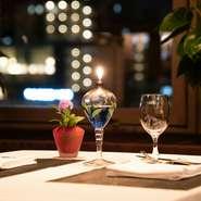 ホテル最上階にあり、どの席からも宝塚市街の夜景が楽しめます。ホテルでありながらリーズナブルに利用できるよう、多彩なアラカルトメニューを用意しています。