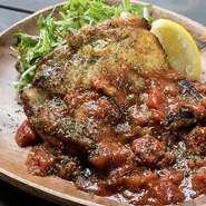 パリパリに香ばしく焼き上げた鶏もも肉をガーリックテイストのトマトソースと絡めました。赤ワインとの組み合わせがオススメ!