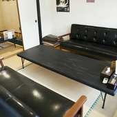 座敷の奥にはソファーを使用したテーブル席が