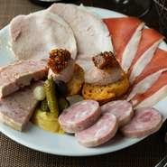 お皿を彩る5種類のスペシャリテ『シャルキュトリーの盛り合わせ』