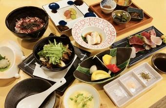日本酒に合うお食事、自家製燻製や珍味等ご用意しております。ぜひ日本酒とお楽しみください。