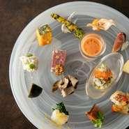 旬の野菜や魚介・肉など、さまざまな食材が使われているアンティパスト。各々に合う調理法で持ち味が引き出されています。一皿で塩味・甘味・辛味といった、五味を感じられます。