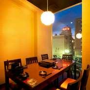 和な雰囲気の個室は接待や会食にご利用頂いております。もつ鍋を中心に紅月人気メニューをお楽しみ頂けるコースもございます。