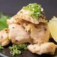 肉厚の上みのを食べやすいサイズに。旨味と歯応えのハーモニーに粗塩を添えて。